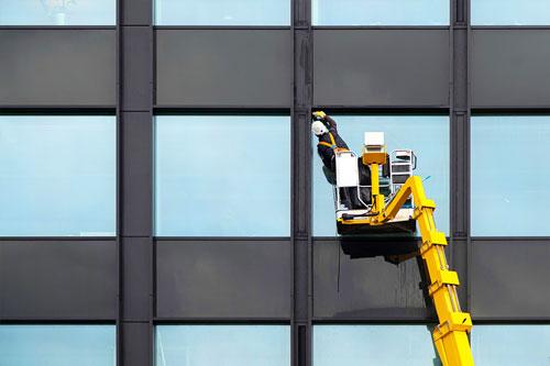 Mann reinigt ein Gebäude