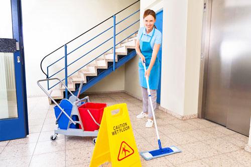 Putzfrau reinigt Treppenhaus