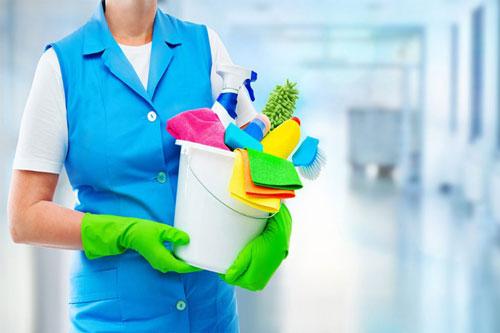 Putzfrau mit Reinigungsmitteln für Unterhaltsreinigung
