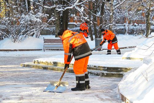 Männer arbeiten für Winterdienst